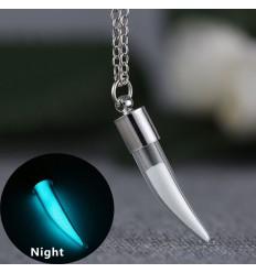 Collana in argento placcato con pendente contenente polvere che si illumina al buio